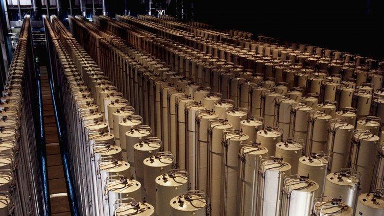 1280px-Gas_centrifuge_cascade-e1386124564688.jpg